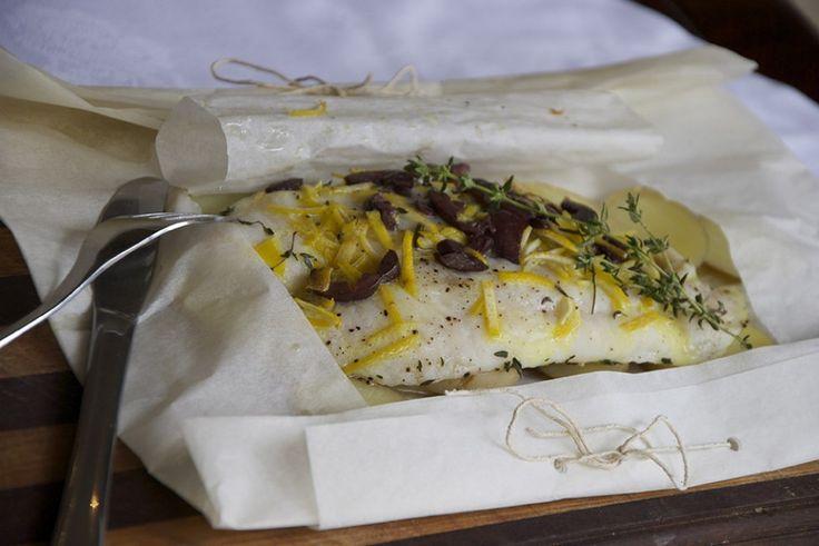 Branzino al cartoccio con limone, timo e olive ricetta