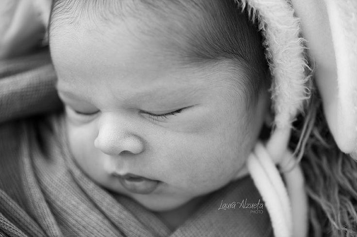 fotos newborn: O ensaio newborn é um momento especial na vida e deve ser realizado nas 3 primeiras semanas do bebê.   A cada ensaio newborn que faço fico mais fascinada com a beleza destes pequenos bebês. Os retratos de família são a memória viva da nossa infância e isso sempre me marcou. As crianças adoram se ver nelas, pequenininhos nos braços de seus pais. É como se sentissem todo o amor que havia ao redor delas desde o primeiro instante em que vieram ao mundo. O ensaio newborn ou de…