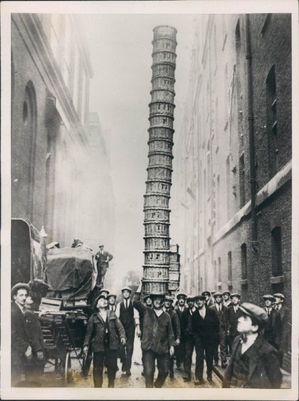 Basket Jim in Covent Garden, London, 1930s. Vintage, photo b/w, history, crowd, city view.