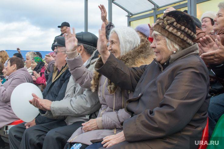 Российское правительство приняло решение повысить пенсионный возраст в стране. Однако пока не принято окончательное решение о том, до какой возрастной планки.   В качестве вариантов рассматриваются два: выход на пенсию в 60 лет или в 63 года для женщин и до 65 лет — для мужчин. Согласно второму варианту, для всех возраст повысят до 63 лет. Пока в правительстве также не определились, когда проинформировать общество о реформе. Возможно, о ней объявят в 2018 года после формирования нового…