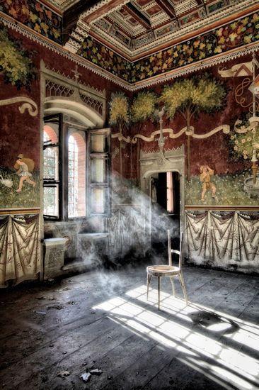 """""""La beauté"""" et le charme. Le charme de l""""aspect """"'abandonné"""" """"An abandoned castle in Italy..."""""""