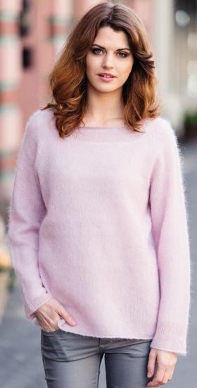 """Den lækre, rosa sweater er strikket i helt enkel raglanfacon med """"rå"""" kanter overalt. Er du kuldskær, så strikker du også det matchende halsrør."""