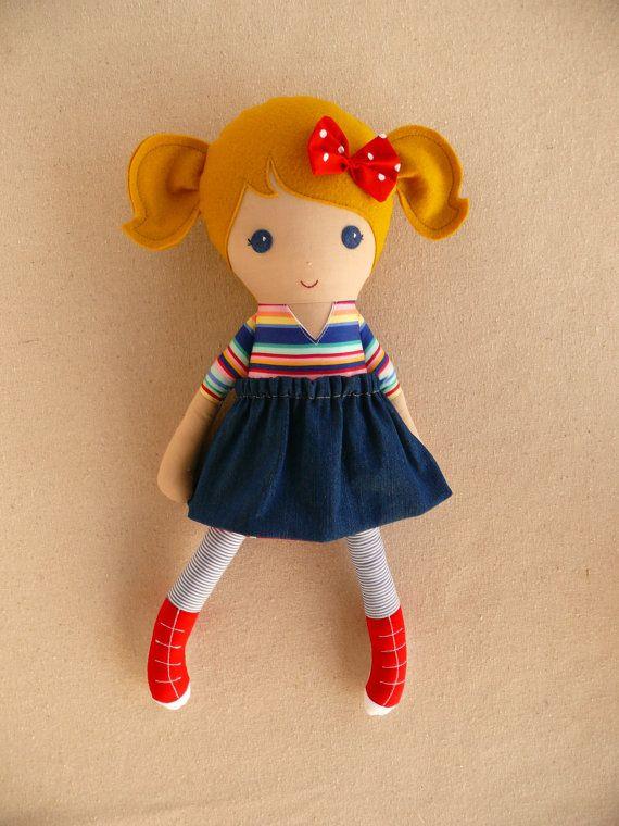 Chica de pelo rubia en traje de rayas juguetón y por rovingovine