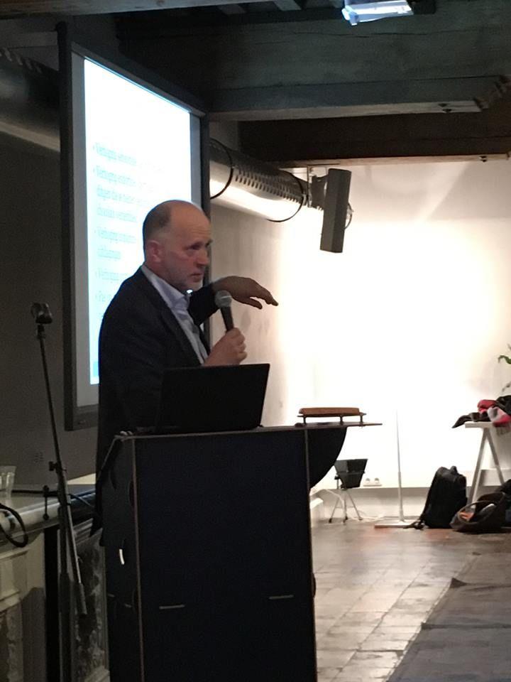 Spreker en auteur Bert Overbeek tijdens zijn gelukslezing bij De Drvkkery in Middelburg. Ook een workshop van Bert volgen? Kom dan op 14 april naar de workshop 'Beslissen: brein of onderbuik?'. #hetflitsbrein #bertoverbeek #futurouitgevers