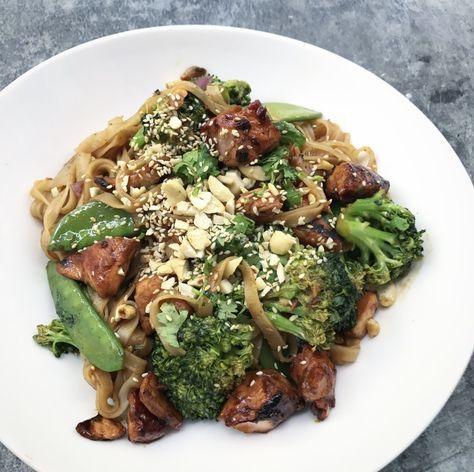 Asiatische Reisbandnudeln mit Lachs und Brokkoli