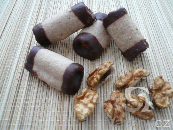Recept na vánoční trubičky, které naplníme krémem a oba konce namočíme do čokolády.