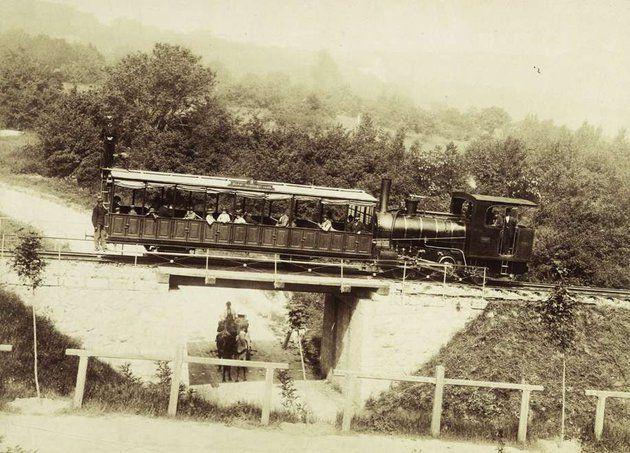 A fogaskerekű 1900-ban Száznegyvenkét éve, 1874. június 24-én indult meg a fogaskerekű vasút Budán a Városmajor és a Svábhegy között. A fogaskerekű ötletét Széchenyi Ödön gróf, a Sikló kezdeményezője vetette fel, miután megismerte a svájci Riggenbach művét. A Svábhegy a pest-budai polgárok kedvelt kiránduló- és üdülőhelye volt, de még a kiegyezés után is csak gyalogszerrel vagy szekéren juthattak fel oda.