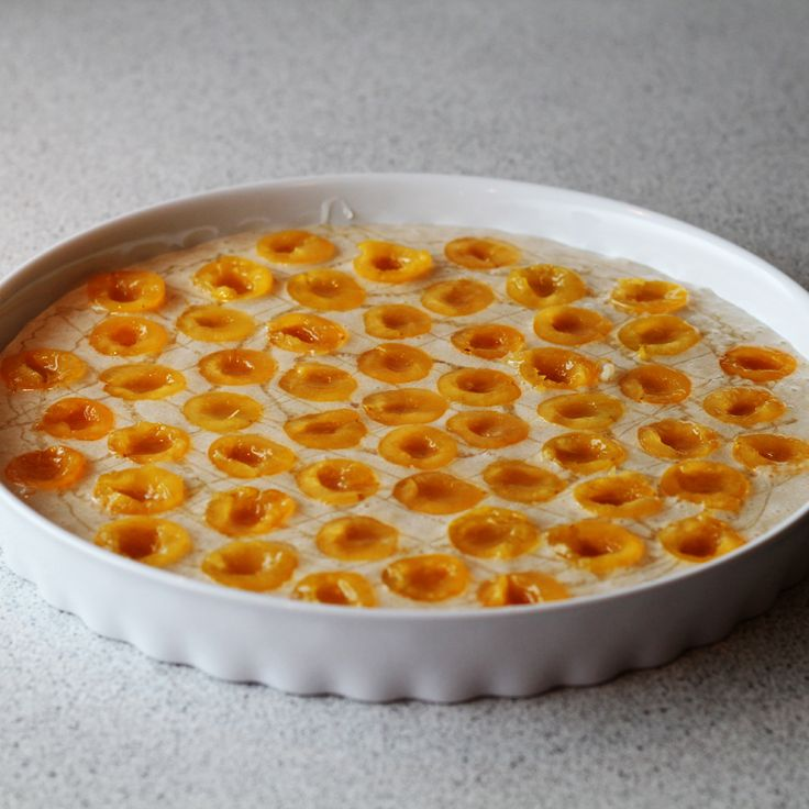 Super lækker opskrift på mirabellekage bestående af gule mirabelleblommer og kransekage bund. Få ingredienser og nem at lave.
