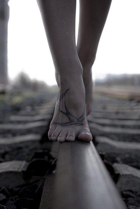 על כריות האצבעות בלרינה יורדת  /מתנדנדת בחזה תפוח ופלייה מתוח  /מסחררת כישופים ברגלים ארוכות  /פעורת עיניים אני נמשכת כולי לנסות /עומדת על קצות בין הסיבולת ליכולת  /מניעה גופי אומדת, מותחת גבולות עד  /כמה קצה פשוט לא יכול  /גם לא מסוגל להיות      (P.E/tattoo feet bird)