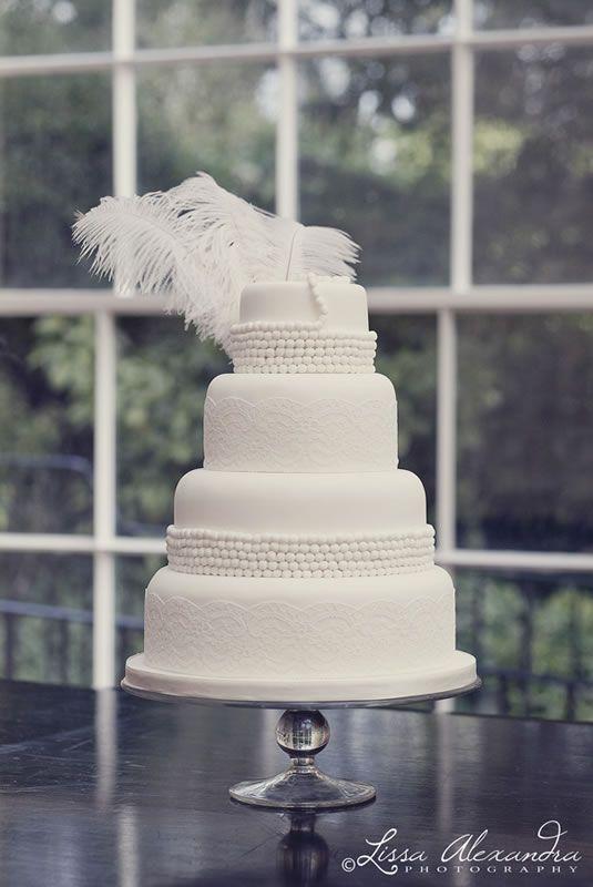 Jaren 20 bruidstaart met witte veren #bruiloft #wedspiration #20's