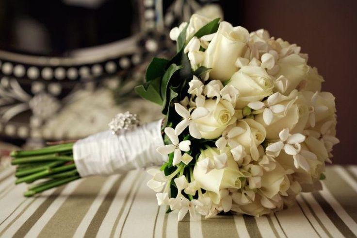 Buquê com rosas brancas, buvardias e folhas de camélia
