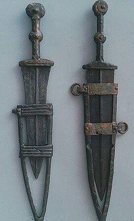 - Puñales biglobulares Ibéros . Siglo lll-l a.C. Necrópolis de Carratiermes . Soria , España . Museo  Numantino ./tcc/