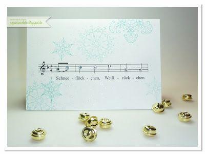 """papierrascheln.blogspot.de 》Die Karte hat das Maß 155mm x 105mm. Auf der Vorderseite sind die ersten Noten des Winterliedes """"Schneeflöckchen, Weißröckchen…"""" gedruckt und mit Glitzersternchen verzier Drum herum die Schneeflocken aus dem Set 'Snowflake Soiree' gestempelt und mit feinem Glitzerstaub verziert."""