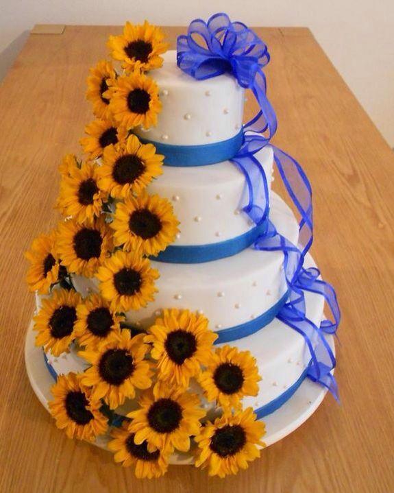 Taart met eetbaar lint en een waterval van zonnebloemen