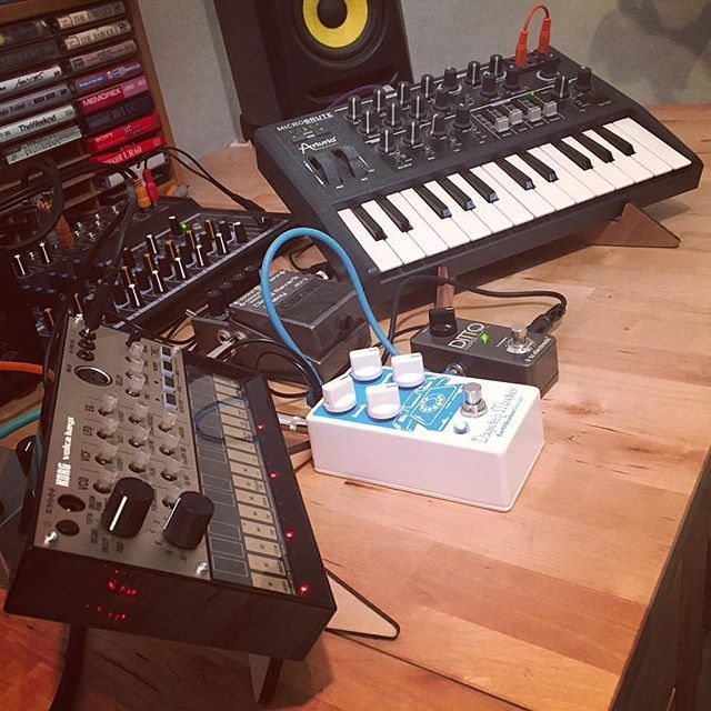 #Repost @blackcrowcaw ・・・ It's been a delightfully ambient morning! The Zoom MS-70CDR got bumped for the creamier, and more boutique-y EQD Dispatch Master. #arturia #microbrute #volcakeys #earthquakerdevices #tcelectronics #bosspedals #krk #michaelrucci #bossrv3 #dispatchmaster #cremacaffedesign #kosmostand #herostand ・・・ KOSMO double stand http://cremacaffedesign.com/kosmo/  HERO stand http://cremacaffedesign.com/hero/