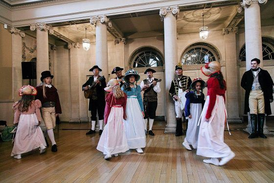 Austen-festivaaleilla harjoitellaan aina 1800-luvun alun tansseja. Festivaalit järjestetään nyt 14. kertaa.