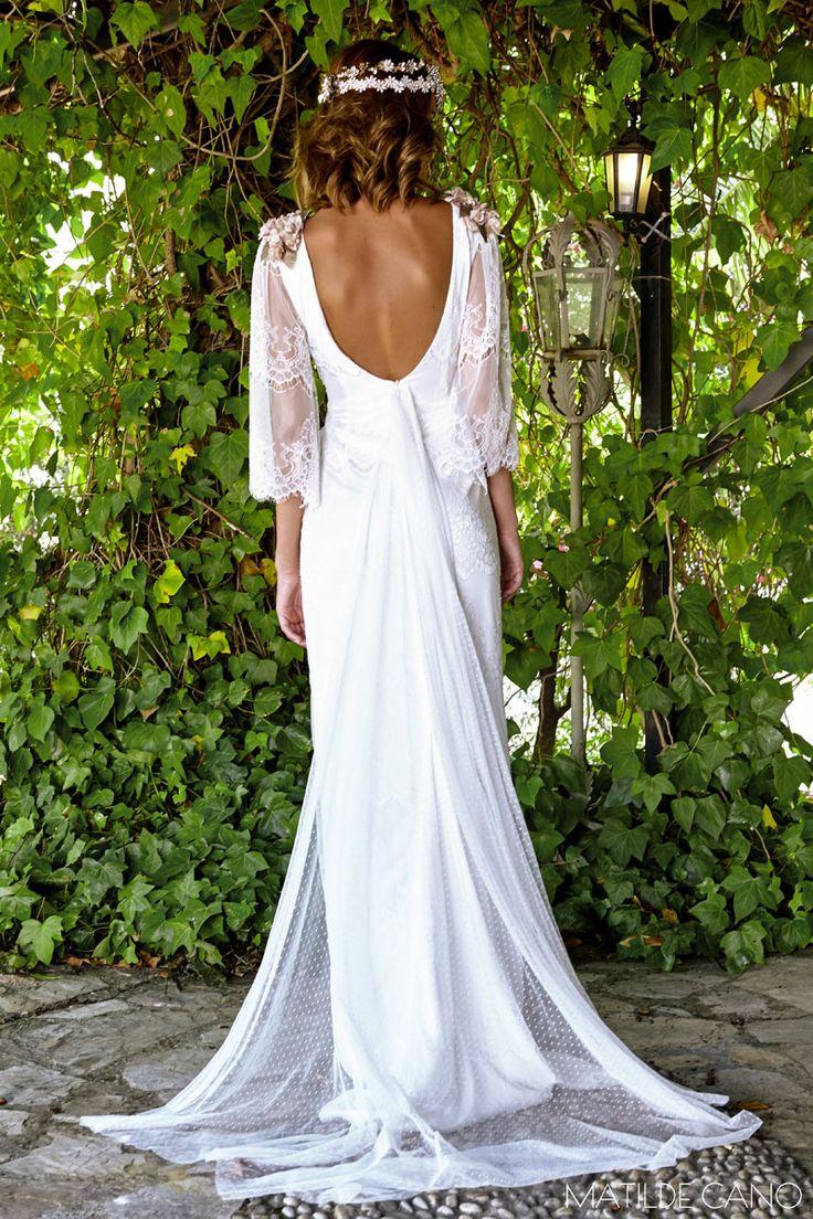Vestidos de novia. Colección 2017. Espaldas vestido chantilly delicada cola de plumeti y flores en los hombros