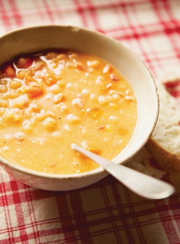 Recette de soupe aux pois de Ricardo. Recette de potage classique et réconfortant pendant la saison des sucres. Ingrédients: tranches de bacon, pois jaunes, bouillon de poulet, jus de cuisson de jambon, couenne, lard...