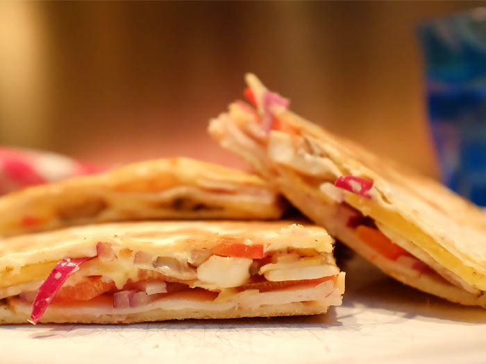 Quesadilla, een lekker snelle Mexicaanse tosti. Heerlijk als lunch of eenvoudige avondmaaltijd. Hier het recept :)