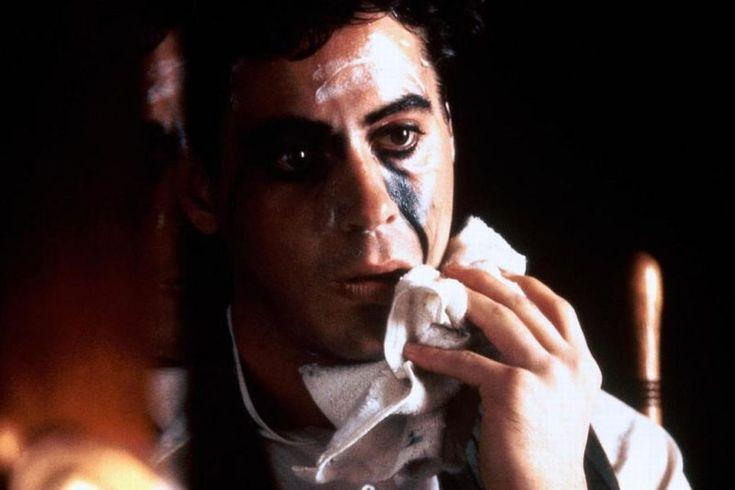 Mówi się, żeci, którzynajbardziej nas rozśmieszają, są tak naprawdę najsmutniejszymi ludźmi, jakich znamy. Ta przykra prawda kryje się wszędzie – wzmaganiach Andersona, przeuroczego twórcy Świata według Ludwiczka zojcem alkoholikiem, nadwagą idepresją, wdoniesieniach odepresji Jima Carreya… Nawet gdzieś podmelonikiem legendy – Charliego Chaplina. Nie jestem specjalistką ani odfilmów Chaplina, ani odjego biografii. Ofilmie Chaplin krążą jednak …