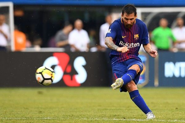 Barcelona's Argentinian forward Lionel Messi kicks the ball during the International Champions Cup (ICC) match between Juventus FC and FC Barcelona, at the MetLife Stadium in East Rutherford, New Jersey, on July 22, 2017. .FC Barcelona defeated Juventus 2-1.  / AFP PHOTO / Jewel SAMAD