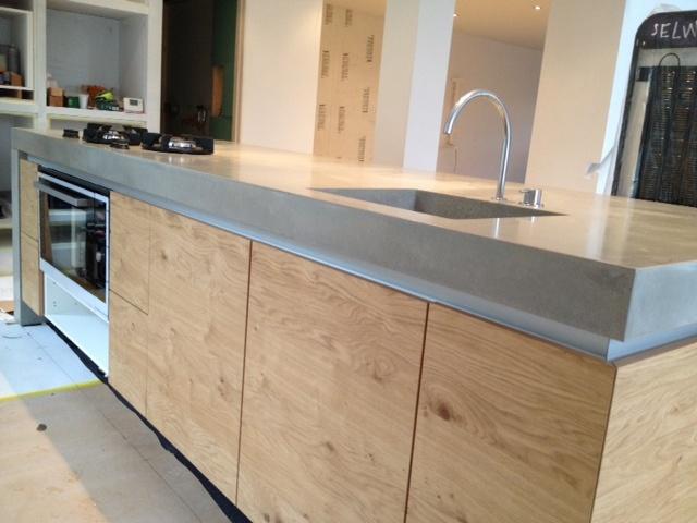 Beton ciré keuken blad. misschien met wit/gebroken witte greeploze deurtjes