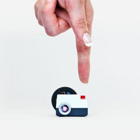 PROJECTEO- PROJEKCJE PRZYSZŁOŚCI na FUTU.PL   Benjamin Redford wymyślił rewolucyjny i oszczędzający miejsce mini projektor. Za pomocą Projecteo będzie można organizować pokazy slajdów ze zdjęć umieszczonych w internetowym instagramie.