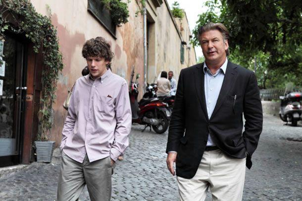 Jack (Jesse Eissenberg) en John (Alec Baldwin) discussing matters on the Via Garibaldi in Trastevere.