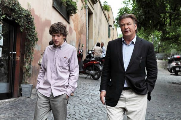 Jack (Jesse Eissenberg) en John (Alec Baldwin) discussing matters on the Via Garibaldi in Trastevere.
