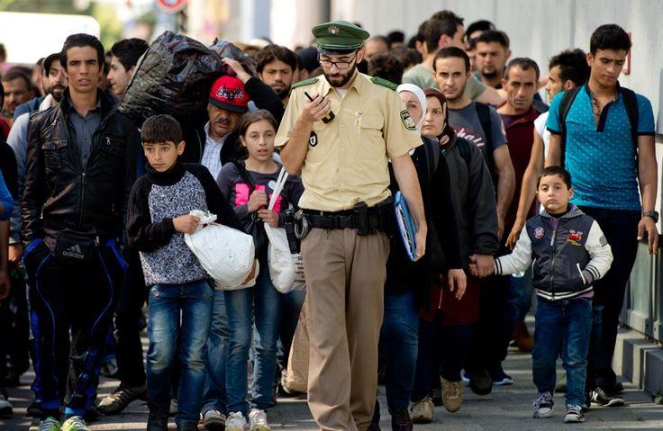 De acuerdo con las últimas previsiones del Gobierno federal, este año Alemania podría recibir 800 mil refugiados, frente a los 200 mil del año pasado.