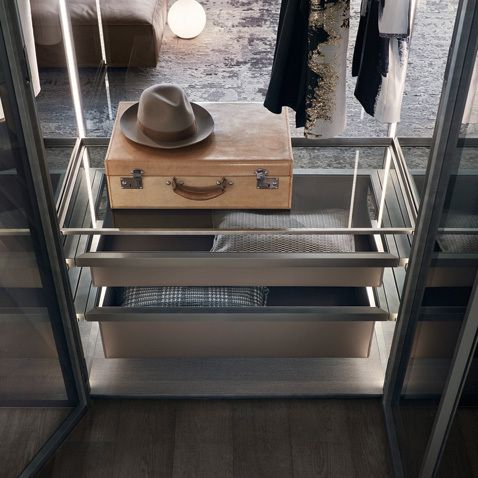 Floor base and top in gray oak melamine, shelves in gray transparent glass with brushed lead ring, pull out accessories in argilla regenerated leather.