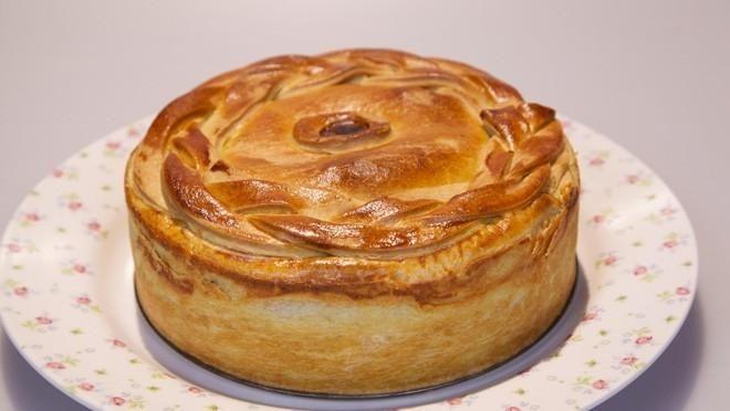 Goulashtaart - Rudolph's Bakery | 24Kitchen (met rijst, uit, knoflook, winterwortel, groene en rode paprika, runderriblappen, enz.)