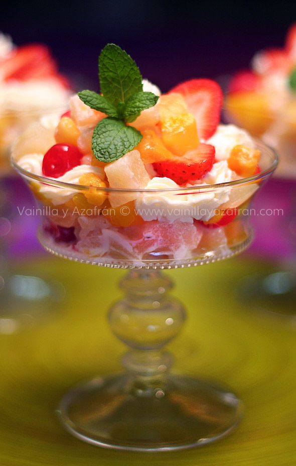 Copa de frutas elegante un postre ligero para la cena de San Valentín/ Fruit cups a light dessert for Valentine day