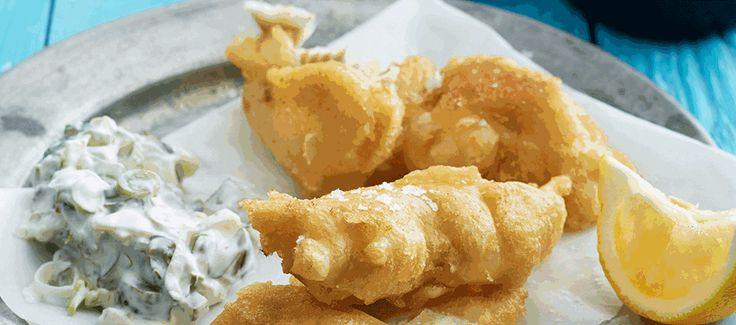 Fish and chips med tatarsauce, ærtepuré og kartoffelchips
