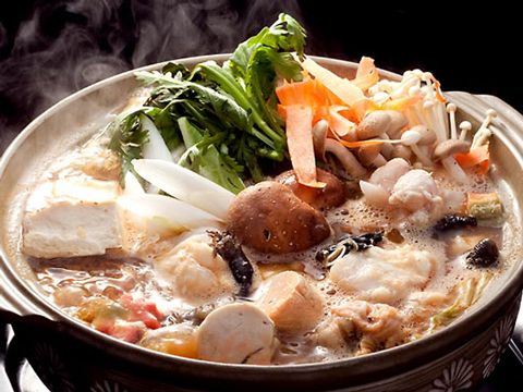 茨城県のご当地食材として有名なものは納豆です。水戸納豆は粒が大きくて大豆そのもの旨味が凝縮しています。納豆は大豆イソフラボンもたくさん入っていますから、健康で美容にも良い事からとても人気です。 水戸周辺では、ラーメンにも納豆を入れたり、うどんやそば、お味噌汁、パスタなどにも入れて食べる方もいます。 鍋料理ではあんこう鍋がとても有名です。あんこう鍋はには身だけではなく、肝なども入っているので他の鍋とは少し違った独特スープが味わいとなっています。アンコウは捨てる部位がない上に、栄養も多く含んだ食材です。体にも良く、味もいい事から健康食材として好まれています。 茨城県には、霞ヶ浦や那珂川、久慈川など多くの河川に恵まれた茨城県は、水産物が豊富な地域です。納豆だけでは無くけんちん汁やあんこうのどぶ汁なども様々な郷土料理があります。