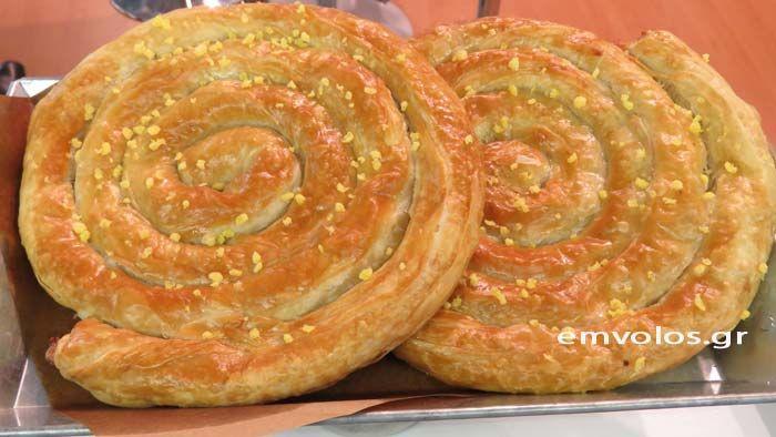 Η Κοζάνη φημίζεται για τις πίτες της. Στο Λαογραφικό μουσείο της είχα την ευκαιρία να δοκιμάσω μια ονειρική στριφτόπιτα που η συνταγή της κρατά … από τις αρχές του αιώνα. Γράφει η Σίσσυ Νίκα – Δημοσιογράφος Γεύσης και Πολιτισμού Ο Σπύρος Νάκος μας δίνει την δοσολογία των υλικών σε μονάδες μέτρησης σημερινές, για το καλύτερο …