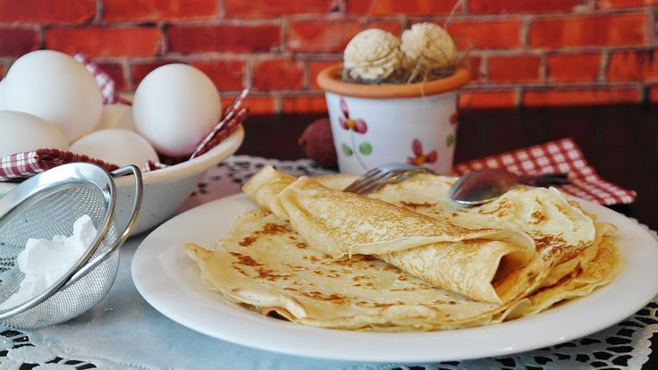 According to the tradition, you cook your 1st crepe with your right hand while holding a gold coin in your left hand, to wish you luck all year long. Brunches #renleparc #renhotels #crepesaddict