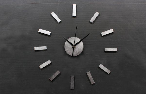 Ростовские ученые создали первые уличные часы на солнечной батарее http://actualnews.org/tehnologii/174488-rostovskie-uchenye-sozdali-pervye-ulichnye-chasy-na-solnechnoy-bataree.html  Ростовский ученые из компаний Energy-Box и «Ростовское Время» совместно создали первые стрелочные часы, работающие на солнечной батарее. Сообщается, что новинку решили установить на территории учебного корпуса ДГТУ.