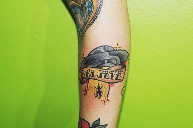 Un ovniiiiii!!! Gracias eternamente a la fiel seguidora de esta bella mala Junta. @pulpip eternamente gracias por llevar algo mío . .#traditional #tradicionaltattoo #ovni #ufo #believe #abduction #tatooneotradicional #tattoos #tatuajes #tatuagem #tatuaggio #instatattoo #ink #htlmachine