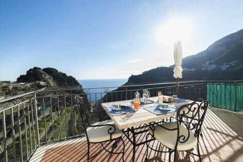 Ferriere Apartment Scala Featuring air conditioning, Ferriere Apartment offers pet-friendly accommodation in Scala. The accommodation boasts a spa bath and a hot tub. Naples is 37 km away. Free WiFi is provided throughout the property.