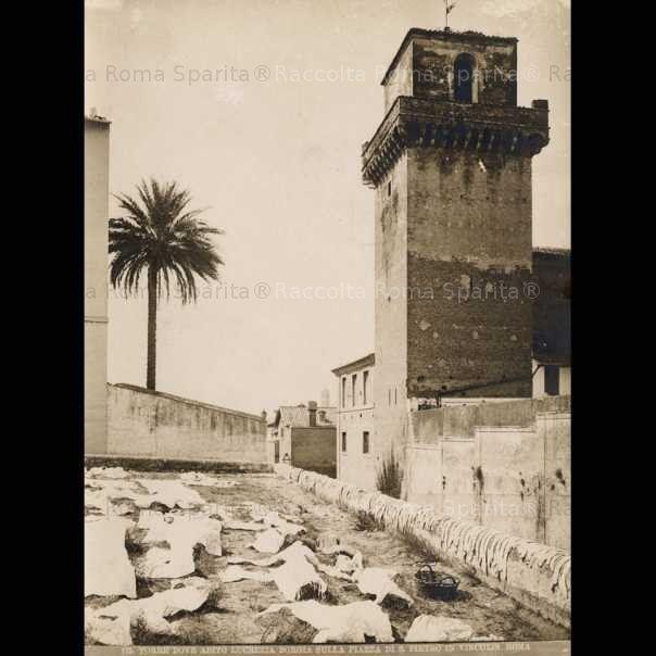 Piazza di San Pietro in Vincoli con la torre chiamata per tradizione Torre dei Borgia Anno: 1870