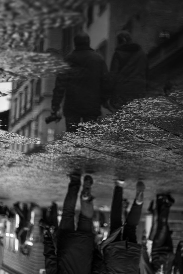 Upside down // #streetphotography #isolandfotografia #blackandwhite #pic #canon #reflections