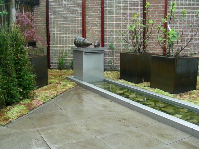 lange smalle vijver met waterornament en fonteinen, aanleg door www.frevandal.nl
