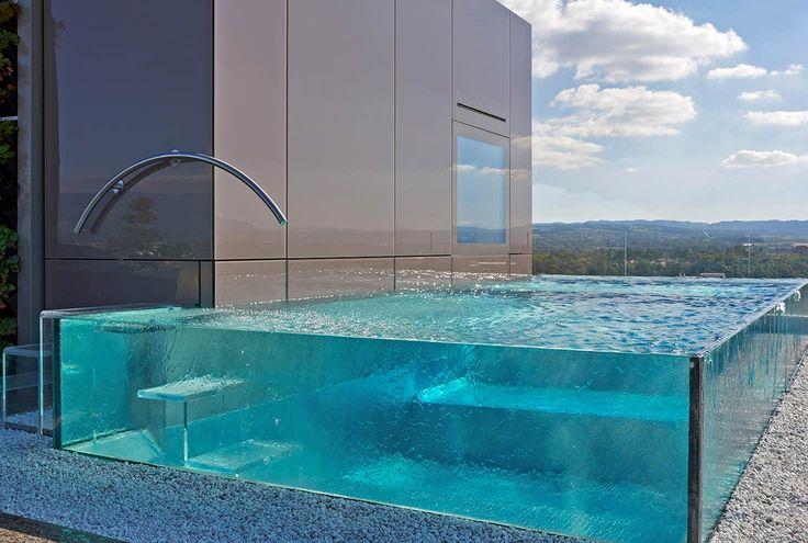 Piscine installée en Suisse, sur un toit-terrasse. Trophée d'argent 2017 dans la catégorie « Piscine installée à l'étranger ». Bassin en verre et inox de 7 x 3 mètres avec une profondeur de 0,95 à 1,43 mètre. Escalier intérieur et extérieur en verre méthacrylate. ©Carré Bleu