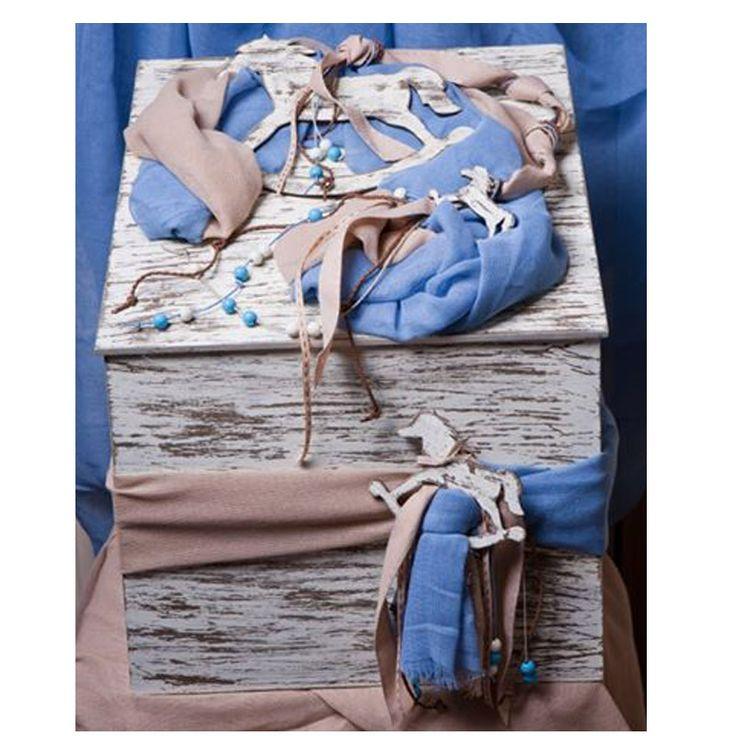 Χειροποίητο Ξύλινο Κουτί Βάπτισης αλογάκι. Δίχρωμο κουτί βάπτισης - μπεζ-μπλε ρουά με θέμα το αγαπημένο μας αλογάκι.  Διαστάσεις 39Χ39Χ39 εκ    Η τιμή της προσφοράς ισχύει για περιορισμένο αριθμό τεμαχίων.