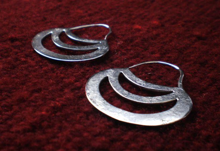 Chaway con la forma típica de Kuyen (Luna), es uno de los más antiguos y son usados por las mujeres casadas, existen de variados tamaños. La textura que se observa en esta joya, al igual que las anteriores, se debe a la construcción tradicional de las piezas creadas por La Escuela y corresponde a las técnicas de herrería.