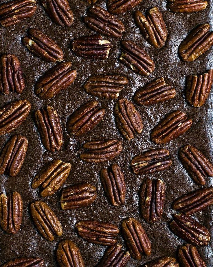 Брауни с пеканом: Брауни с пеканом🌿 Ингредиенты: - 220 грамм сливочного масла - 100 грамм темного шоколада - 200 грамм сахара - 120 грамм маскарпоне - 3 больших яйца комнатной температуры - 2 ч.л. ванильного экстракта - 60 грамм муки - 55 грамм несладкого какао-порошка - 1/4 ч.л. соли - около 100 грамм орехов пекан Приготовление:  Разогреть духовку до 160 градусов. Застелить пергаментом форму для выпечки так, чтобы бумага выступала за края. Мелко порубить шоколад. Сливочное масло и шоколад…