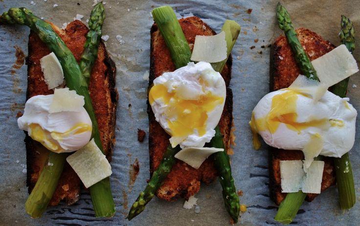Gratinerad surdegsmacka med tomatpesto, sparris & pocherat ägg