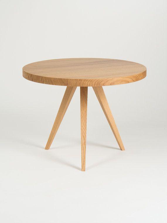 Denken van een universele meubel, hebben wij ontworpen deze ronde koffietafel, dat zijn grote variëteit aan toepassingen aan de combinatie van eenvoud en minimalistische vorm te danken heeft. Het kan ook worden gebruikt als een bijzettafeltje of een nachtkastje. Solid top en slanke benen zijn volledig gemaakt van massief eiken hout, met behulp van traditionele timmerwerk technieken. Meubilair is perfect afgewerkt met een mat olie wax die idealiter legt de nadruk op het karakter van een…