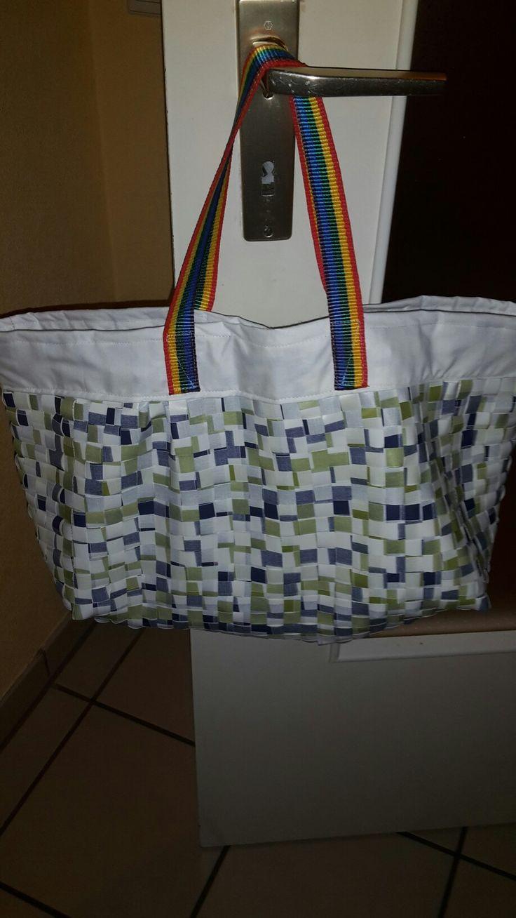 Handgewebte Tasche aus einer Wachstischdecke.